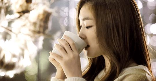 """Mỗi sáng uống 1 cốc nước ấm khi bụng đói và đón nhận 6 điều """"kỳ diệu""""!"""